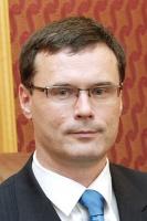 <b>Paweł Wojciechowski</b>, prezes Polskiej Agencji Informacji i Inwestycji Zagranicznych  Oczywiście kryzys finansowy ma wpływ na zainteresowanie inwestorów lokowaniem kapitału w Polsce i nie mówimy tu tylko o krótkoterminowych inwestycjach portfelowych, ale też o długoterminowych inwestycjach typu greenfield, które obsługuje PAIiIZ. Wynika to jednak nie tyle z samych problemów, które są na rynkach finansowych, lecz przede wszystkim z kurczącego się popytu światowego na wyroby konsumpcyjne. Im mniejszy popyt, tym prognozy dotyczące poziomów produkcji są niższe, a w ślad za tym kurczy się zainteresowanie budową nowych fabryk, np. samochodów. Właśnie przemysł motoryzacyjny, a poza tym elektronika, AGD są tymi branżami, które to mocno odczuwają.