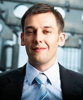 """Paweł Maj, Dyrektor Inwestycyjny, Skyline Invest S.A.: Z naszej perspektywy zakończenie w lipcu 2008 roku fuzji Konsorcjum Stali i Bodeko jest sukcesem, który pokazał, że jest możliwość połączenia na partnerskich zasadach. Na zasadach współpracy, a nie walki i pokazania, kto więcej zyska. Od początku zarządy obu firm miały wspólny cel, jakim było uzyskanie przewagi konkurencyjnej w stosunku do dostawców. Połączony podmiot miał także dużo większe szanse na debiut giełdowy. Ponadto połączenie firm zapewniło efekt synergii i umożliwiło budowę wspólnej sieci dystrybucji.  Proces integracji obu firm zaczął się dużo wcześniej - od 2006 roku. To był długotrwały i przemyślany proces łączenia dwóch z pozoru takich samych, ale jednak różniących się firm. Na to nałożył się proces wejścia na giełdę. Obie strony widziały korzyść w konsolidacji. Nie zmieniano raz przyjętych zasad.  I to nam zdecydowanie ułatwiło pracę jako doradcy finansowemu. Warto się konsolidować - w myśl zasady """"duży może więcej"""". Niektóre firmy, jak Konsorcjum Stali i Bodeko, podjęły decyzję o konsolidacji z odpowiednim wyprzedzeniem, przewidując gorsze czasy na rynku stali. To nie była konsolidacja ratunkowa, ale zaplanowane wcześniej działanie."""