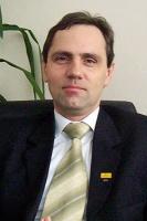 Wojciech Rybka, Prezes Zarządu Drozapolu-Profil: Konsolidacja nie powinna polegać na tym, że właściciel przynoszącej straty firmy nie widzi szans na przetrwanie i tylko dlatego decyduje się na połączenie z firmą będącą w lepszej kondycji, licząc na poprawę swej sytuacji. Takie działanie nic nie daje. Konsolidacja to przede wszystkim ludzie i wspólna wizja.  Szanse na udaną konsolidację są wtedy, gdy firmy chcą działać razem. Nie da się konsolidować firm bez ludzi.  Dobrym przykładem na udaną konsolidację poziomą jest połączenie firm Konsorcjum Stali i Bodeko - zrestrukturyzowanych, stabilnych finansowo i odpowiednio przygotowanych firm. Drugim przykładem jest nasza fuzja ze spółką Glob-Profi l. Tu mamy do czynienia z wydłużeniem łańcucha wartości dodanej, konsolidacją pionową. Uważam, że docelowo na rynku dystrybucji utrzymają się właśnie tego typu firmy, mające środki finansowe, zaplecze i odpowiednią kadrę.
