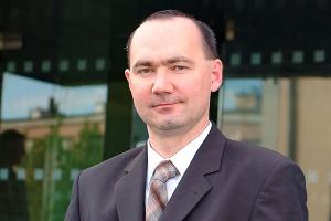 <b>Marcin Taranek prezes zarządu IFS Poland</b> <br><br>  Niższe koszty, szybsza reakcja <br><br> Sektor przemysłowy z natury rzeczy jest podatny na wahania koniunktury światowej, notowania kursów walut, ceny surowców, itp. W związku z tym przedsiębiorstwa na co dzień stają wobec konieczności szybkiej reakcji na dynamicznie zmieniające się warunki rynkowe. Nadzorowanie coraz bardziej złożonych struktur grup kapitałowych, przedsiębiorstw wielooddziałowych czy łańcuchów dostaw bez sprawnej struktury IT wydaje się niemożliwe. Stąd zapotrzebowanie na rozwiązania IT wśród przedsiębiorstw przemysłowych rośnie.  Systemy ERP są istotną inwestycją wpływającą na wymierną redukcję kosztów działalności przedsiębiorstwa. Oszczędności widoczne są w sferze zarządzania aktywami finansowymi - tutaj system ERP zapewnia błyskawiczny dostęp do informacji. Dane niezbędne do obliczenia kosztów są gromadzone w systemie na bieżąco, co umożliwia ich szybką analizę i podejmowanie decyzji. Przedsiębiorstwa koncentrujące swoją działalność na produkcji poszukują narzędzi, które usprawnią zarządzanie ich strukturami organizacyjnymi, bilansowanie zapasów w łańcuchu dostaw, dobór najbardziej optymalnych dostawców. Nowoczesne systemy wspierające zarządzanie posiadają bogatą funkcjonalność zapewniającą wsparcie powyższych obszarów.
