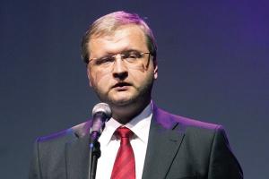 <b>Do przodu, mimo problemów <br><br> Andrejs Aleksejevs prezes zarządu Severstallat Silesia s p. z o.o.</b><br><br>   Rok 2008, a zwłaszcza jego końcówka, nie sprzyjała sukcesom rynkowym i swobodnemu planowaniu. Analizując sytuację naszej firmy w 2009 roku, można powiedzieć, iż wyniki sprzedażowe za styczeń i luty okazały się obiecujące. Liczymy zatem na realizację naszych planów sprzedażowych za pierwszy kwartał 2009 roku. Wszystko wskazuje na to, że mimo trudnej i złożonej sytuacji rynkowej, uda się nam zrealizować cele, które sobie postawiliśmy.  Nie oznacza to jednak, że nie dotykają nas problemy, jakie napotykają inne firmy w związku z ogólnoświatowym kryzysem gospodarczym. Z dużą rozwagą śledzimy sytuację w sektorze budowlanym, motoryzacyjnym, konstrukcyjnym czy też AGD. Staramy się szukać rozwiązań w dywersyfikacji działań i ciągłej analizie możliwości inwestycyjnych.