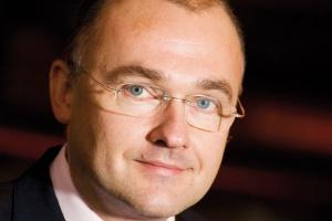 """<b>Fuzja biedy z nędzą? <br><br> Przemysław Sztuczkowski prezes zarządu Złomreksu S.A.</b><br><br>  Na pewno będzie ciężki rok, a wszystko zależy od tego, jak długo będzie trwał kryzys. Na pewno może dojść do """"skracania"""" firm, do odchudzania portfela inwestycyjnego. Jeżeli kryzys będzie długotrwały - na przykład dwa lata - i firmy nie będą generowały zysków, to może się rozpaść to, co wcześniej się połączyło. Poprzednią konsolidację zastąpi dekonsolidacja. Będą sprzedawane aktywa, ale czy będą chętni do kupowania? A może będą czekali, aż firmy będą ogłaszały upadłość i wtedy będą kupowali je od syndyka? Wprawdzie każde połączenie zmniejsza niektóre koszty, wzmacnia pozycję rynkową, ale generalnie byłoby to teraz łączenie biedy z nędzą."""