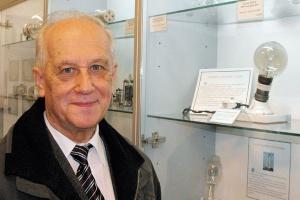Zbigniew Lorek, prezes Polskiego Towarzystwa Przyjaciół Muzeum Energetyki, przy oryginalnej żarówce Edisona, która zapalana jest raz do roku.