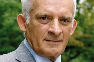 """<b>Jerzy Buzek były premier RP, europarlamentarzysta<br> Bezpieczeństwo klimat konkurenyjność</b> <br>  Problem Pakietu energetyczno-klimatycznego nie jest obecnie zagrożeniem, lecz wyzwaniem. To dobrze, bo to oznacza, że nie wolno nam się """"rozklejać"""".<br><br>  Mamy do wykonania konkretne zadania - ograniczamy emisję CO<SUB>2</SUB>. To determinuje funkcjonowanie właściwie wszystkich sektorów gospodarki - od cementowni, poprzez produkcję energii, po gospodarkę komunalną. Jeśli bowiem mamy płacić za emisję, to powinniśmy się już dziś z tymi kosztami liczyć. Dlatego musimy zapewnić sobie bezpieczeństwo energetyczne, chronić środowisko i jednocześnie pozostać konkurencyjnymi. Musimy być efektywni energetycznie, bo oszczędne zużycie energii służy wszystkim tym celom. <br><br>  Klimat możemy chronić dzięki innowacyjnym rozwiązaniom w różnych działach gospodarki. Jednym z nich jest produkcja gazu z węgla. Polskie firmy energetyczne przygotowują się też już do budowy instalacji wychwytywania i składowania CO<SUB>2</SUB>. Na te projekty Unia przeznacza jeden miliard euro, ale konkurencja jest duża. I kluczowe pytanie - jak zrealizować te wszystkie zamierzenia, nie powodując jednocześnie spadku konkurencyjności naszej gospodarki. Nasz przemysł - górnictwo, chemia, wielkie cementownie - mają ten sam problem. Chodzi o większą skuteczność, bardziej efektywne technologie. Powinniśmy się już teraz przygotowywać do nowych inicjatyw europejskich. Jedną z nich jest Europejski Instytut Technologiczny. Niezależnie od sceptycznych głosów, to już konkretne przedsięwzięcie, którego nie można lekceważyć."""