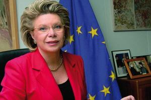 <b>Viviane Reding komisarz UE ds. społeczeństwa informacyjnego i mediów <br> Technologia dla przyszłości<br></b>  W dobie kryzysu musimy przyspieszyć przechodzenie do gospodarki opartej na wiedzy i stawić czoła wyzwaniom, jakie stawia przed nami starzenie się społeczeństw, zmiany klimatyczne i rosnąca globalna konkurencja. Głównymi filarami transformacji będą internet przyszłości oraz sieci kolejnej generacji. Dziś ponad połowa społeczeństwa UE korzysta z internetu, a 80 proc. z dostępu szerokopasmowego. Niektóre z państw UE to liderzy w tej dziedzinie, a niektóre mocno odstają od czołówki. Większa dostępność szerokopasmowego internetu dla osób i firm to większa konkurencyjność i nowe miejsca pracy.<br> <br> Inwestycje w sieci nowej generacji są teraz ważniejsze niż kiedykolwiek wcześniej. Inwestycje te stwarzają przestrzeń dla nowych usług, a te dają wielu nowym firmom szanse zaistnienia na rynku. <br><br>  Nowe media cyfrowe stwarzają szanse nowych, bardziej konkurencyjnych i zorientowanych na klienta strategii rynkowych. To także szansa na upowszechnienie usług publicznych, które wymagają szybkich i otwartych sieci symetrycznych. Technologie informatyczne i komunikacyjne mają też ogromne znaczenie dla zrównoważonego, trwałego rozwoju rynku towarów i usług, poprawiają konkurencyjność. Jednolita i szybko reagująca gospodarka to szybko rozwijająca się gospodarka przyszłości. Inteligentną infrastrukturę dla nowej gospodarki musimy zbudować już dziś tak, abyśmy mogli cieszyć się owocami wzrostu po zakończeniu kryzysu.