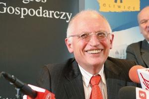 <b>Günter Verheugen komisarz Unii Europejskiej d s.przemysłu i przedsiębiorczości <br> Nie rezygnujemy z węgla<br></b>  Obecny kryzys jest bezprecedensowy. Nikt nie widział czegoś takiego, nikt nie wie, co będzie dalej. Dlatego Unia Europejska musi dołożyć wszelkich starań, by przezwyciężyć trudności. <br><br> Oczywiście, że w obecnych czasach szczególną uwagę musimy zwracać na ochronę środowiska. Tyle że nie oznacza to rezygnacji z węgla. Zaczynamy wdrażać czyste technologie węglowe. Myślę, że wychwytywanie i składowanie CO2 oznacza nową szansę dla górnictwa węglowego i energetyki opartej na tym surowcu. <br><br>  Firmy nie mogą się rozwijać bez innowacyjności. Kluczem jest stworzenie takich warunków, aby firmy inwestowały w badania, a z tym jest w UE różnie. <br><br>  (Fragment wypowiedzi z 4 kwietnia br. podczas spotkania w Gliwicach będącego wstępem do Europejskiego Kongresu Gospodarczego).