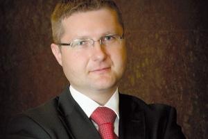 <b>Maciej Madejak </b>wiceprezes ProLogis na Polskę: - Rynek powierzchni magazynowych w Polsce jest skonsolidowany, dojrzały, ale nadal nienasycony. Polska jest najbardziej rozwiniętym rynkiem magazynowym wśród krajów Europy Środkowo-Wschodniej. W 2008 roku popyt kształtował się na wysokim poziomie. W pierwszym półroczu 2009 roku obserwujemy spadek popytu i podaży na nowoczesne powierzchnie magazynowe. W obecnej sytuacji ekonomicznej na świecie klienci wstrzymują się z decyzjami odnośnie wynajmu magazynów w kolejnych lokalizacjach. Deweloperzy z kolei, z uwagi na ograniczony dostęp do źródeł finansowania, bardzo ostrożnie podchodzą do nowych inwestycji. Fazę boomu magazynowego mamy za sobą, ale będzie to nadal rynek rozwojowy.