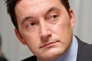 <b>Adrian Furgalski dyrektor zespołu Doradców Gospodarczych TOR<br> <br> Prawie same plusy</b><br> <br> Przewagą CTL Logistics jest zróżnicowanie asortymentu przewożonych towarów. Ma duży plus za dynamiczne rozwijanie przewozów międzynarodowych i wejście w rosnący import węgla. Spółka posiada doświadczenie w zarządzaniu bocznicami oraz obsłudze ruchu manewrowego.<br> <br> Szkoda, że w głównym obszarze zainteresowań firmy nie leżą kontenery, tj. ładunek przyszłościowy.<br> <br> Nowy właściciel pilnuje kosztów i zwiększania przychodów, ale w bieżącą działalność się nie wtrąca, mając pełne zaufanie do ekipy Krzysztofa Sędziowskiego. Plusem majętnego właściciela jest gotowość do rozpoczęcia przejęć mniejszych spółek przewozowych, co być może nastąpi jeszcze pod koniec b. roku.<br>