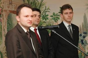 <b>Krzysztof Hetman podsekretarz stanu w Ministerstwie Rozwoju Regionalnego<br> <br> Popyt nie spadnie<br></b> <br> Ponad 40 proc. środków z 12,8 mld euro, które przypadły Polsce na lata 2004-06, wykorzystanych zostało przez samorządy. Prawie 75 proc. polskich gmin realizuje projekty współfinansowane ze środków unijnych.<br> <br> Można zatem stwierdzić, że samorządy z sukcesem sięgają po unijne fundusze, co dobrze wróży obecnej perspektywie, w której do pozyskania jest znacznie więcej pieniędzy. Potrzeby samorządów w zakresie infrastruktury podstawowej są ciągle bardzo duże, można więc oczekiwać, że popyt inwestycyjny z ich strony będzie się utrzymywał na wysokim poziomie.<br>