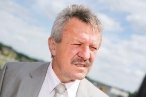 <b>Władysław Mrzygłód<br> prezes zarządu Izostalu SA, spółki zależnej Stalprofilu SA<br><br>  Zgodnie z planem<br><br></b>  Dla branży gazowniczej trzeci kwartał rozpoczął się zdecydowanie lepiej. Ostatnio weszło do realizacji kilka projektów, w których uczestniczymy. Dotyczy to budowy dwóch rurociągów na trasie Skoczów-Cieszyn i Jędrzejów-Kielce oraz tlenociągu dla firmy Air Liquide. A zatem wszystko, co założyliśmy na ten rok, biegnie zgodnie z planem. Według prognoz, zużycie gazu w Europie znacząco wzrośnie. Jeśli zapowiadane w sektorze gazowniczym inwestycje ruszą, prognozy będą także korzystne dla Polski i tym samym dla naszej firmy. W połowie października planujemy otwarcie pierwszego etapu budowy Centrum Izolacji Antykorozyjnych rur w Kolonowskiem. Ta inwestycja pozwoli na kompleksową realizację projektów inwestycyjnych na dostawy rur izolowanych antykorozyjnie wewnętrznie i zewnętrznie.