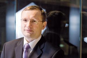 <b>Maciej Rogalski<br> dyrektor Pionu Współpracy Regulacyjnej Grupy Kapitałowe j TP SA<br><br>  Nakłady i stabilność</b><br><br>  Z punktu widzenia przyszłości polskiego rynku telekomunikacyjnego  szczególnie istotne jest utrzymanie poziomu inwestycji operatorów  telekomunikacyjnych, co jest ważne zarówno w kontekście ogólnych starań  na rzecz przezwyciężenia kryzysu gospodarczego, jak i jest istotne z punktu  widzenia potrzeby wdrażania nowych technologii (jak NGA).  Warto też pamiętać, że rynek polski, inaczej niż rynki Europy Zachodniej, potrzebuje znacznych  nakładów na rozwój podstawowych usług, zwłaszcza na obszarach tzw. białych plam. W rezultacie  politykę regulacyjną powinna cechować stabilność i przewidywalność, powinna ona także uwzględniać  wielowymiarowość czynników, jakie kształtują obecnie rynek. Koncentracja jedynie na np. minimalizacji  stawek MTR może w dłuższym okresie negatywnie wpłynąć na całościowy rozwój polskiego rynku.