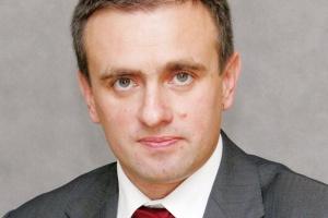 <b>Piotr Pawłowski<br> GTS Energis<br><br>  Szkielet nie wystarczy</b> <br><br>  Główną przeszkodą technologiczną dla firm, które chciałyby oferować   sieci WAN, jest brak własnej infrastruktury. Niewiele przedsiębiorstw   w Polsce posiadało wystarczające środki finansowe na inwestycje i budowę   własnej, rozległej światłowodowej sieci szkieletowej, która jest podstawą   do świadczenia tego typu usług. Mając sieć światłowodową, pozostaje zakup   urządzeń aktywnych, których koszt sięga dziesiątek milionów dolarów. Na koniec czeka jeszcze problem   wszystkich polskich operatorów alternatywnych - tzw. ostatnia mila, czyli odcinek pomiędzy szkieletem   sieci światłowodowej a lokalizacją klienta. W związku ze słabą dostępnością infrastruktury kablowej,   często połączenia te są realizowane w technologii radiowej.