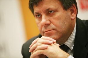 """Poseł Janusz Piechociński, wiceprzewodniczący sejmowej Komisji Infrastruktury, """"bronił"""" dróg samorządowych, na których zwiększył się znacznie ruch pojazdów ciężarowych. Tymczasem większość nakładów kieruje się na drogi krajowe stanowiące znikomy procent sieci."""