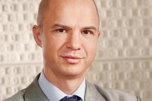 <B>GRZEGORZ RAWICZ-MAŃKOWSKI<BR> SAS INSTITUTE</B><BR><BR>  Mocni inwestują  Z badania przeprowadzonego w 2009 roku przez CIO Magazyn Dyrektorów IT we współpracy z SAS wśród przedstawicieli kadry zarządzającej polskich przedsiębiorstw wynika, że Business Intelligence pomaga w osiąganiu lepszych wyników nawet w czasach spowolnienia gospodarczego. Finansowe korzyści związane z wprowadzeniem w firmie rozwiązań BI są najważniejsze, ale menedżerowie zwracają także uwagę na poprawę jakości funkcjonowania całej organizacji. Zdaniem uczestników badania, elementy rozwiązań BI najbardziej wartościowe w aspekcie rozwoju i wzrostu firmy to zarządzanie finansowe (56 proc. wskazań), zarządzanie strategiczne (38 proc.) i zarządzanie relacjami z klientami (38 proc). Respondenci określili również cechy dobrego dostawcy BI - zdecydowana większość bierze pod uwagę doświadczenie merytoryczne (74 proc), a także kompleksowość oferty (54 proc.) i kompetencje branżowe (38 proc).