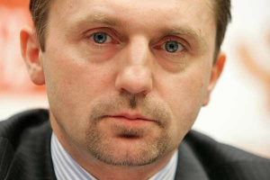 <B>DARIUSZ BLOCHER<br> PREZES ZARZĄDU  BUDIMEX SA<br> <br> Nie będzie gorzej</b><br> <br> Po wygaśnięciu boomu związanego z inwestycjami na Euro 2012 branża skupi swoją uwagę na sektorze energetycznym. Budimex już utworzył strukturę organizacyjną w celu zwiększenia w nim udziałów rynkowych.<br> Szukamy partnera, a w szczególności dostawców kotłów i turbin. Do końca 2012 roku chcemy stać się liczącym graczem na tym rynku.<br> Przez najbliższe pół roku nic się nie zmieni w budownictwie ogólnym, w tym w mieszkaniówce - nadal nieliczne i niewielkie kontrakty będą zlecały głównie samorządy. Nie będzie także nowych przetargów w budownictwie kolejowym czy energetycznym. Za to w budownictwie drogowym oczekuję ogłoszenia wielu przetargów związanych z budową dróg ekspresowych i kilku odcinków autostrad.