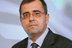 <B>KRZYSZTOF ANDRULEWICZ<br> PREZES ZARZĄDU SKANSKA<br> <br> Przyszłość wymaga dywersyfikacji</b><br> <br> Z pewnością rozbudowa infrastruktury będzie kontynuowana po 2012 r. Większa jej część jest związana ze strategią rozwoju kraju, a nie tylko Euro 2012. W wyniku kryzysu finansów publicznych obserwujemy też przesuwanie wielu planów inwestora publicznego na lata przyszłe.<br> Tak naprawdę, wciąż przed nami są inwestycje kolejowe. Na tym rynku spodziewamy się znacznego ożywienia i zwiększenia wolumenu prac. Niezbędna jest też gruntowna modernizacja infrastruktury hydroinżynieryjnej i komunalnej: oczyszczalni, kanalizacji, wodociągów, regulacji rzek. Na tym polu mamy większe zaległości niż w segmencie dróg. Skanska już teraz prowadzi zdywersyfikowaną działalność.