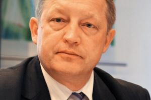 """<b>Henryk Klimkiewicz<br> przewodniczący forum kolejowego - Railwy Busines forum<br><br>  Gdzie jest właściciel? </b><br><br>  Problemem w restrukturyzacji publicznej kolei jest pozycja PKP SA, która przewodzi tzw. grupie PKP. To ona pełni dziś rolę hamulcowego zmian, bowiem nie wypełnia właściwie roli właściciela, a co gorsza - jest tworem quasipolitycznym. Przykładem szczególnej jej """"opieki"""" nad PLK jest to, że nadal ta spółka nie została w pełni uwłaszczona na majątku, a co kuriozalne - płaci za dzierżawę linii, które powinny należeć do niej. <br> Niestety, nie widać tu dostatecznej stanowczości i jednoznacznych działań ze strony kierownictwa resortu infrastruktury. Ministerstwo jakby nie przyjmuje do wiadomości faktu, że dziś już połowa rynku przewozów pasażerskich oraz towarowych nie należy do PKP, lecz do operatorów prywatnych i samorządowych."""