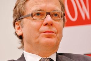 <b>Jarosław Myjak<br> wiceprezes zarządu PKO Bank Polski<br><br>  Przygotowania do odbicia</b><br><br>  Z ostrożnym optymizmem można powiedzieć, że jesteśmy przygotowani do wychodzenia z trudnego okresu. Generalnie warunki są lepsze niż były przy poprzednim kryzysie. Z jednej strony stopy referencyjne spadły na tyle nisko, że zwiększenie marż bankowych, z uwagi na wzrost ryzyka zostało per saldo wyzerowane, czyli kredyt jako taki wcale nie jest droższy niż był w 2007 i 2008 roku. Natomiast banki są ostrożniejsze. Ci co pukają do drzwi banków, proszą głównie o kredyty obrotowe, na sfinansowanie działalności bieżącej. Dopiero sygnalizują, że to się odbije na inwestycjach, a więc i my też liczymy, że 2010 będzie rokiem wychodzenia z dołka i prawdziwe żniwa dopiero przed nami.