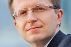 <b>Tomasz Zadroga<br> prezes PGE Polska Grupa Energetyczna<br><br>  Teraz klient</b><br><br>  W 2009 roku obserwowaliśmy dynamiczny rozwój rynku detalicznego w segmencie klientów instytucjonalnych. Klienci biznesowi wykorzystują uwolnienie rynku i w pełni korzystają z mechanizmów rynkowych. Prowadzimy intensywne działania konsolidacyjne w Grupie Kapitałowej PGE, także w celu poprawy efektywności w obszarze sprzedaży. Pracujemy nad nowymi produktami i usługami tak, aby klienci mogli dostawać od nas wysokiej jakości obsługę i konkurencyjne ceny. Celem na 2010 rok jest zwiększenie udziału w rynku sprzedaży detalicznej.