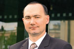 <b>Marcin Taranek<br> prezes zarządu IFS CEE<br><br>  Moc i bezpieczeństwo</b><br><br>  Zauważyć można poprawę sytuacji w gospodarce, co wpływa na stabilizację rynku systemów klasy ERP. Firmy analityczne Forrester i IDC przewidują jego umiarkowany wzrost. Według analityków, w 2010 roku rynek ten wzrośnie o ok. 3-7 proc. Z punktu widzenia korporacji IFS, rosnące zainteresowanie w przedsiębiorstwach wdrożeniami systemów wspomagających zarządzanie klasy ERP wynika nie tylko z konieczności ograniczania kosztów i zwiększania efektywności, ale także z potrzeby wzmocnienia firm, zwiększenia bezpieczeństwa oraz zapewnienia transparentności procesów.