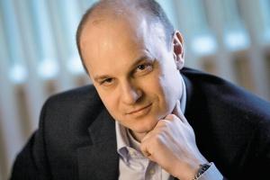 <b>Artur Wieretiło<br> DYREKTOR GENERALNY ENTERPRISE SERVICES HP POLSKA <br><br> Od razu lepiej<br><br></b>  Obserwujemy bardzo duże zainteresowanie rozwiązaniami typu cloud computing. Umożliwia ono szybki dostęp do najnowszych zasobów obejmujących: oprogramowanie, aplikacje, platformę sprzętową - bez konieczności inwestowania w sprzęt oraz długotrwałego i kosztownego wdrażania.<br> Decydując się na to rozwiązanie, przedsiębiorstwo zyskuje możliwość optymalizacji kosztów IT i praktycznie natychmiastowego dostarczania nowych systemów niezbędnych dla działania własnego biznesu. Klient ma do wyboru korzystanie z infrastruktury jako usługi (Infrastructure-as-a-Service, IaaS), platformy jako usługi (Platform-as-a-Service, PaaS) i oprogramowania jako usługi (Software-as-a-Service, SaaS).