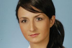 <b>Marta Rutkowska<br> dyrektor zarządzająca Bureau Veritas certification Polska<br><br> Certyfikat znaczy premia</b><br><br>  Decyzje dotyczące certyfikacji są uzależnione od czynników branżowych i środowiska działania. W sektorach tzw. wysokiego ryzyka, jak np. branża petrochemiczna, kluczowe znaczenie ma aspekt bezpieczeństwa. W takim wypadku do uzyskania certyfikatu mobilizuje wzrastające ryzyko działania, zmienna zdolność przewidywania. Firmy, które certyfikują swoje systemy, są premiowane - podlegają uproszczonym procedurom, otrzymują dodatkowe punkty w przetargach publicznych, dostawcy dla sieci handlowych posiadający certyfikaty IFS/BRC są bardziej wiarygodni i unikają uciążliwych audytów kupieckich, obowiązkowych u dostawców bez certyfikatów.