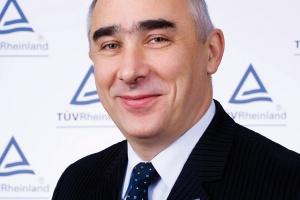 <b>Grzegorz Grabka<br> dyrektor działu certyfikacji systemów zarządzania TUV Rheinland PolSka<br><br> Czy bessa, czy hossa... <br><br></b>  Czynniki, dla których przedsiębiorstwa decydują się na certyfikację, nie zmieniają się, niezależnie od tego, czy panuje kryzys czy hossa. Podmioty decydują się na tego typu przedsięwzięcie z dwóch podstawowych powodów - dla jednych podjęcie decyzji związane jest tylko i wyłącznie z wymaganiami, jakie stawia przed nimi rynek, dla drugich z chęcią podniesienia jakości zarządzania. Istotne dla nas jest to, że coraz więcej przedsiębiorstw dokonując wyboru jednostki certyfikacyjnej, bierze pod uwagę jej doświadczenie, zaplecze, kadrę i renomę. Czas pokazał, że nie jest to segment, w którym można patrzeć tylko na cenę. Wszak to, co robią jednostki certyfikacyjne, dotyczy bezpieczeństwa.