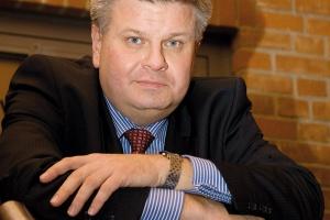 <b>Artur Różycki<br> prezes polskiego towarzystwa przesyłu i rozdziału energii elektrycznej<br><br>  Linie specjalnego znaczenia<br><br></b>  Wprowadzenie rozwiązań prawnych umożliwiających do 2015 roku rozbudowę sieci elektroenergetycznych o około 8 tys. km jest absolutnie konieczne. Obecnie jest to już tylko możliwe w drodze ustawy specjalnej. Przede wszystkim należy udrożnić proces wydawania decyzji administracyjnych, niezbędnych do rozpoczęcia i niezakłóconej budowy obiektów liniowych. Ponadto należy zagwarantować w stanowionym prawie, że obiekty sieci mediów energetycznych pozwalają na realizację usług publicznych o podstawowym znaczeniu dla funkcjonowania państwa, a tym samym uznać, że - zgodnie z interpretacjami Unii Europejskiej - obiekty sieci mediów energetycznych realizują nadrzędny interes publiczny i są jednym z elementów zapewniających bezpieczeństwo powszechne.