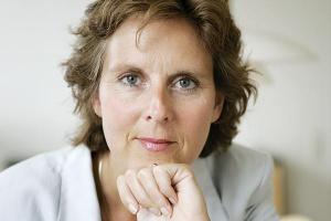 """<b>Connie Hedegaard komisarz Unii Europejskiej ds . klimatu</b>  Musimy być ambitni Zmiany klimatyczne pozostają największym wyzwaniem naszych czasów, naszego pokolenia. Niebezpieczne zmiany klimatyczne mogą wystąpić już w 2050 r., jeżeli nie wcześniej, czyli za czasów wielu obecnie żyjących ludzi.  Badania gospodarcze wskazują, że nie stać nas na kontynuację dotychczasowego """"wpompowywania"""" gazów cieplarnianych do atmosfery. Niekontrolowane zmiany klimatyczne mogą kosztować co najmniej 5 proc. globalnego rocznego PKB, a na dłuższą metę nawet 20 proc. i więcej.  Dla kontrastu - koszt zatrzymania globalnego ocieplenia przed osiągnięciem niebezpiecznych poziomów jest znacznie niższy - około jednego procenta światowego PKB. Jak widać, wczesne działania stanowią opłacalną alternatywę.  Rozwój niskoemisyjnej gospodarki światowej został również uznany w Europie i wielu innych krajach za główną strategię wyjścia z kryzysu gospodarczego. Przyspieszanie przejścia do niskoemisyjnej gospodarki stanowi podstawę strategii Europa 2020, zmierzającej do inteligentnego i zrównoważonego wzrostu sprzyjającemu włączeniu społecznemu.  Budowanie niskoemisyjnej gospodarki stanowi wielkie wyzwanie, lecz jest także ogromną szansą gospodarczą, jeżeli realizacja będzie przebiegać w sposób rozsądny. Europa musi szybko skorzystać z tej szansy, ponieważ Stany Zjednoczone, Chiny i inne kraje dają wyraźnie do zrozumienia, że zamierzają się stać liderami. (...) Skuteczne podjęcie kwestii zmian klimatycznych wymaga ambitnego i wszechstronnego porozumienia globalnego. Dlatego podejmujemy ogromne wysiłki, aby je wypracować. A to z kolei wymaga nieustannego kierownictwa ze strony Unii Europejskiej. Najbardziej zdecydowane kierownictwo, jakie możemy zapewnić, polega na tym, aby uczynić Europę regionem najbardziej przyjaznym dla klimatu.  Dla mnie jest to ambicją na pięć lat mojej kadencji. Podążając za przykładem, dokonamy poprawy perspektyw globalnego porozumienia i utrzymania przewagi gospodarczej Euro"""