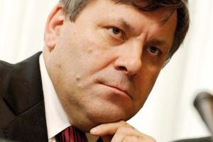 <b>Janusz Piechociński<br> poseł na Sejm RP</b><br><br>  Chrońmy nasze moce Niestety, w rywalizacji o sukces, rentowność i pieniądze, sprawy widzi się w kategoriach własnego podwórka, a nie całego polskiego rynku kolejowego.<br><br>  Przykładem są kolejne decyzje PKP Cargo, które radykalnie ograniczyło zlecenia na zewnątrz, rozwijając własne zaplecze i zrywając tradycyjne więzi z wieloma zewnętrznymi zakładami remontowymi, co było przyczyną ich zapaści finansowej. W sytuacji dużej podaży usług remontowych zabiega o pomoc ze środków publicznych na rozwój własnego zaplecza, choć można domniemywać, że w perspektywie kilku następnych lat będzie je pewnie sprzedawać. <br><br>  Skoro państwowa spółka już popsuła rynek innym państwowym lub sprywatyzowanym spółkom, a teraz stwarza dodatkowe zagrożenie - to dowodzi dalszego braku koordynacji polityki branżowej. <br><br>  Mam nadzieję, że kiedyś przyjdzie ożywienie na rynku kolejowym. Zachodzi jednak obawa, że zostanie ono skonsumowane przez ośrodki zewnętrzne, bowiem do tego czasu możemy utracić na trwałe znaczną część mocy usługowych.