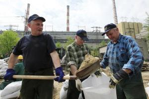 Majowa powódź dotknęła lub zagroziła wielu zakładom przemysłowym w dorzeczu Wisły. Na zdjęciu: pracownicy Elektrowni Kozienice zabezpieczają wały w oczekiwaniu na kolejną falę powodziową na Wiśle.