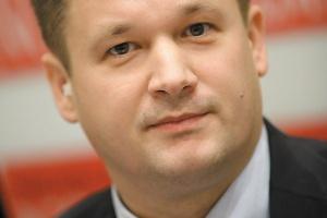 """<b>Wojciech Słowiński <br>PricewaterhouseCoopers Polska<br><br> Bez gry wstępnej</b> <br><br> Z uznaniem należy patrzeć na działania Ministerstwa Skarbu Państwa w zakresie prywatyzacji oraz działań w sektorze nafty i gazu. Ministerstwo odeszło od przygotowania """"Wielkich Strategii"""", szumnie ogłaszanych, a następnie odkładanych na półkę. Teraz działania wprowadzane są w życie bez zbędnej w tym przypadku gry wstępnej, tak jak w przypadku połączenia OLPP z PERN czy zamiarem sprzedaży Grupy Lotos. <br><br>  Podobają mi się plany pełnej prywatyzacji gdańskiej rafinerii, akcji, której Skarb Państwa powinien pozbyć się już kilka lat temu. Uważam jednak, że optymalna struktura sprzedaży akcji Lotosu powinna uwzględniać także emisję nowych akcji spółki, co pozwoliłoby na realizację dalszych działań inwestycyjnych lub poprawę struktury kapitałów. <br><br> Obecnie, kiedy branża naftowa powoli wychodzi z kryzysu, sprzedaż akcji spółki powinna zakończyć się sukcesem, co potwierdziła m.in. ostatnia transakcja, jakiej dokonał Skarb Państwa z pakietem mniejszościowym. Największego zainteresowania oczekiwałbym ze strony koncernów rosyjskich czy kazachskich, posiadających w swoich strukturach aktywa wydobywcze. Oczywiście pozostaje pytanie, czy rząd będzie zainteresowany oddaniem kontroli nad Grupą Lotos koncernom z tego kierunku geograficznego. Potencjalnie należałoby oczekiwać zainteresowania także ze strony koncernów z Bliskiego Wschodu czy też libijskiego Tamoilu."""