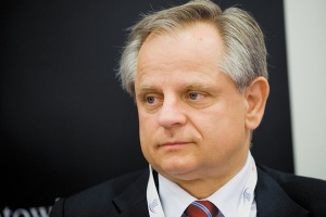 <b>Krzysztof Kalicki<br> prezes zarządu Deutsche Bank Polska SA<br><br> Nadal nerwowo</b><br><br>  Nadal nerwowo Nastroje inwestorów są zmienne i rynek reaguje bardzo nerwowo na złe wiadomości, co się przekłada na przesunięcie popytu w kierunku mniej ryzykownych aktywów i wzrostu marż kredytowych. <br><br>  Niepewność związana z casusem Grecji spowodowała ostatnio wzrost marż kredytowych o 50 bps. Popyt na bardziej ryzykowne aktywa wraca bardzo wolno. Zmienny schemat rynku będzie się utrzymywać co najmniej przez dwa lata.