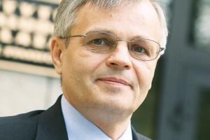 <b>Wojciech Szulc<br> kierownik Zakładu Analiz Techniczno -Ekonomicznych Instytutu Metalurgii Żelaza<br><br>  Czas odbudowy</b><br><br>  Wydaje się, że rynek się ustabilizował i hutnictwo kryzys ma za sobą. <br> <br> Następuje umiarkowany wzrost. Nie sądzę, by doszło do załamania rynku, gwałtownych wahań cen czy popytu. Na świecie prawie wszyscy stalowi producenci notują wzrosty. Także na polskim rynku obserwujemy poprawę sytuacji. Po trzech kwartałach należy oczekiwać nawet dwucyfrowego wzrostu produkcji. <br><br> Od dłuższego czasu drożeją surowce niezbędne do produkcji stali. Ostatnio ceny złomu znacząco poszły w górę. To oznacza, że mogą nastąpić podwyżki, przy czym nie będą one zbyt duże. <br><br> Na rynku nie spodziewałbym się większych zmian. Jeśli w dobie kryzysu, gdy na polskim rynku stali produkcja spadła o 40 procent, a zużycie o niemal 30 procent, nie nastąpiły spektakularne przejęcia, to i teraz nie spodziewałbym się zmian. Teraz raczej nikt nie myśli o zakupach. Pora na odbudowę rynku.
