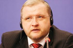 <b>Andrejs Aleksejevs<br> Prezes zarządu Severstallat Silesia<br><br>  Satysfakcja i ostrożność</b><br><br>  Po ubiegłorocznych doświadczeniach, 2010 rok okazuje się być rokiem zdecydowanie lepszym pod względem sytuacji na rynku stali. W naszych rozmowach z klientami w trzecim kwartale, zauważamy optymizm i wyraźną poprawę w realizacji zamówień. Końcowi odbiorcy zwracają uwagę na stabilne zamówienia, gwarantujące długookresową współpracę ze swoimi klientami. <br><br>  Zdecydowanie poprawiła się sytuacja w zakresie regulowania należności ze strony kontrahentów. Cieszę się z tego ożywienia na rynku, ale podchodzę do niego z ostrożnością, mając na uwadze poważną lekcję, jaką zafundował przedsiębiorcom 2009 rok. Pierwsze półrocze 2010 r. zamknęliśmy satysfakcjonującymi rezultatami. Obroty firmy zwiększyły się w stosunku do pierwszego półrocza 2009 r. o około 30 proc., do poziomu 129 mln zł. Jednocześnie sprzedaż w porównywanych okresach wzrosła o około 34 proc. i ukształtowała się na poziomie ok. 60 tys. ton. Takie rezultaty stają się punktem wyjścia do tego, aby druga połowa roku była jeszcze lepsza.