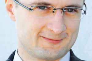 <b>Jacek Fischbach<br> Corpo Netia <br><br> Czuli na jakość</b> <br><br> Z punktu widzenia przedsiębiorstwa kluczowa jest jakość usługi, przecież transmisja danych nazywana jest krwiobiegiem firmy. Dlatego istotne jest korzystanie z aktywnego monitoringu działania usług. Polega on na tym, że monitorowane jest działanie urządzeń stojących w oddziałach klientów i w sytuacji awarii proces jej usuwania jest rozpoczynany natychmiast. Klient informowany jest na bieżąco o postępie prac, ponieważ w tym wypadku cenna jest każda minuta.