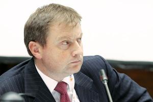 <b>Wojciech Hann<br> partner Deloitte<br><br>  Polska - rynek kluczowy? </b><br><br>  Transakcje fuzji i przejęć na polskim rynku jak najbardziej są możliwe, ten proces w roku 2011 będzie przyśpieszał. Po pierwsze polepsza się sytuacja giełdowa i sytuacja inwestycyjna najlepszych podmiotów na rynku energii. <br><br>  Ponadto istnieje presja na szereg zarządów międzynarodowych spółek na to, aby o ile jest to możliwe pozbywać się wytwórczych aktywów węglowych. <br><br>  Może to mieć skutki dla polskiej struktury właścicielskiej w sektorze wytwarzania energii. <br><br>  Po trzecie postępuje liberalizacja europejskiego rynku energii, zwłaszcza handlu energią. Wcześniej czy później będziemy mieć do czynienia z sytuacją, w której handel transgraniczny będzie łatwiejszy niż jest obecnie. To będzie skłaniać głównych graczy do przeformułowania swojej obecności na poszczególnych rynkach. Może się okazać, że niektórzy gracze przestaną traktować Polskę jako swój rynek kluczowy i skupią się na tych rynkach, gdzie udział sprzedaży w ramach grupy lub udział w lokalnym rynku jest powyżej pewnych wartości krytycznych.