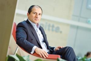 <b>Rafał Antczak<br> wiceprezes Deloitte</b><br><br>  Niespokojna wiosna Efektów reform w krajach na zachodnich peryferiach  UE nie będzie widać i w roku 2011, i w roku 2012. Wiosna może być  okresem największych napięć. <br><br>  W krótkim czasie sytuacja ta może być niekorzystna dla Polski z uwagi na  silne wahania na rynkach finansowych - kursu walutowego,  krótkoterminowych stóp procentowych, cen obligacji. Na przestrzeni kilku  miesięcy podział dychotomiczny - słabe peryferia zachodnie versus dobre  peryferia wschodnie UE - będzie promował nasz region.