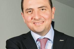<b>Ricardo Naya<br> prezes zarządu Cemex na Polskę i Czechy</b><br><br>  Rok pełen wyzwań Spodziewamy się, że lata 2011-12 będą dla branży budowlanej niezwykle korzystne ze względu na dużą liczbę planowanych projektów infrastrukturalnych. Jak przewidujemy, w roku 2011 ceny cementu będą musiały wzrosnąć o co najmniej 10 procent. Bezpośrednim powodem jest obiektywnie duży wzrost cen kosztów produkcji, który producenci muszą jakoś rekompensować. <br><br>  Nie ukrywam, że ten rok będzie - z naszego punktu widzenia - pełen wyzwań. Cała branża budowlana, w tym producenci materiałów budowlanych, będą musieli sprostać kumulacji zamówień przed Euro 2012.