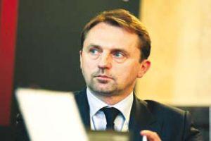 <b>Dariusz Blocher<br> prezes Budimeksu<br><br>  Więcej, a nawet mniej</b><br><br>  Perspektywy sektora drogowego zależą od tego, jakie dofinansowanie GDDKiA pozyska na nowe projekty. Myślę, że w 2011 roku nastąpi spadek liczby ogłaszanych przetargów o 20-25 proc., chociaż sama zrealizowana sprzedaż będzie największa. <br><br> Po roku 2012 spodziewałbym się jednak zdecydowanego spadku w segmencie autostrad i dróg ekspresowych. Za to pojawi się zdecydowanie więcej projektów na drogi krajowe, wojewódzkie i obwodnice miast. Niestety, te będą miały o wiele mniejszą wartość, stąd wartość inwestycji drogowych może spaść nawet o 50 proc.