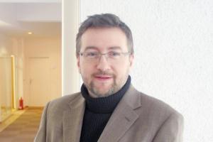 <b>Marcin Masłowski<br> ekspert w Hochtief Polska<br><br>  Mobilnie i elastycznie</b><br><br>  Do podstawowych cech dobrego rozwiązania IT dla budownictwa zaliczyć należy łatwość implementacji przy ograniczonej ingerencji w istniejące procesy biznesowe, możliwie jak najmniejsze zakłócanie wypracowanych procesów produkcyjnych, minimalizację czasu uruchamiania, mobilność i ścisłe dopasowanie do potrzeb biznesowych z zachowaniem zasad Corporate Governance. W ciągu ostatnich dziesięciu miesięcy zastosowaliśmy w naszej firmie między innymi ERP, BI, hurtownie danych, platformę e-learning, intranet oraz Wiki.