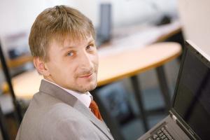 <b>Jarosław Staroń<br> BPSC<br><br>  Projekt pod lupą</b><br><br>  Zarządzanie Projektami jest aplikacją dedykowaną zespołom projektowym i wykonawczym, które chcą poprawić komunikację, uprościć procesy podejmowania decyzji oraz kończyć projekty na czas i zgodnie z budżetem. Zintegrowany z naszym systemem HumanWork Project zapewnia wszystkim członkom zespołu stały dostęp do kluczowych danych projektowych, pozwala je modyfikować i dzielić z innymi. Dostarcza też narzędzi służących do zarządzania, raportowania i analiz, które wykorzystują aktualne dane dostarczane przez współpracowników. Wszystkie te rozwiązania zapewniają rzeczywistą kontrolę nad realizowanymi przedsięwzięciami.