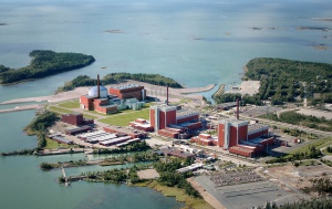 Wizualizacja Elektrowni Olkiluoto po zakończeniu budowy trzeciego bloku. Budowany na wyspie Olkiluoto trzeci blok elektrowni atomowej będzie pierwszym obiektem wyposażonym w reaktor EPR (Europejski Reaktor Ciśnieniowy), konstrukcji francuskiej firmy Areva. Pierwotnie rozruch Olkiluoto 3 planowano na 2009 rok. Obecnie jego uruchomienie jest zakładane w 2013 roku.