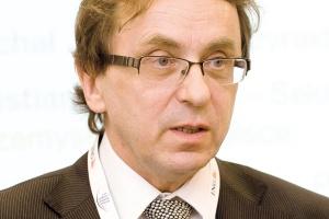 """<b>Jerzy Kalinowski<br> partner w dziale doradztwa KPMG<br><br>  Trzeba zbadać obcy rynek<br><br></b>  Ekspansja międzynarodowa musi być poprzedzona dogłębną analizą i wskazaniem, w których krajach produkty czy usługi oparte na """"know-how"""" polskiego przedsiębiorstwa mogą odnieść sukces. Ważne jest też zrozumienie, kim są potencjalni konkurenci i jakie mają przewagi rynkowe. <br><br>  Przestrzegałbym przed niedoszacowaniem ryzyka związanego z wejściem do innego kraju. Nawet teraz, w perspektywie taniego zakupu lokalnych spółek, trzeba dobrze je ocenić w odniesieniu do potencjalnych korzyści. W wielu krajach nadal ważne jest ryzyko polityczne, prawnopodatkowe czy uwarunkowań geograficznych. Te zagrożenia można często opanować, jednak pod warunkiem, że się je dobrze zrozumie. Nie można tego zrobić bez bardzo dobrej znajomości specyfiki rynku."""