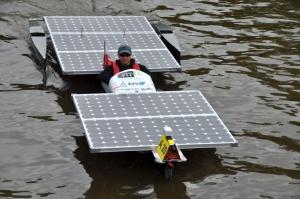 Łodzie poruszane dzięki panelom fotowoltaicznym są przykładem efektywnego zastosowania energii odnawialnej ze słońca w sporcie i przemyśle.