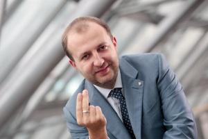 <b>Rafał Abratański, wiceprezes DM IDMSA</b> - Gdyby wyłączyć transakcje Skarbu Państwa, okazałoby się, że zagraniczne firmy pozyskały na GPW więcej kapitału niż polskie. To obiektywna miara wskazująca, że faktycznie staliśmy się centrum finansowym naszego regionu.