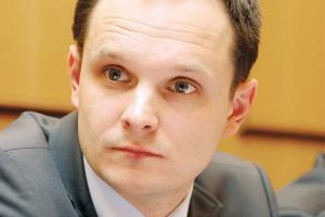 <b>Andrzej Modzelewski, dyrektor do spraw koordynacji sieci i sprzedaży, RWE East</b> <br><br> Polityka energetyczna Unii Europejskiej powinna mieć te same cele jakościowe dla każdego z rynków, ale przy uwzględnieniu jego specyfiki i planowaniu dochodzenia do nich. Inaczej powinien być traktowany rynek francuski, gdzie przewaga energii jądrowej gwarantuje niższe ceny dla odbiorów końcowych, przy nałożeniu nawet zasadniczych restrykcji związanych z emisjami, a inaczej rynek, który bazuje w 90 proc. na wytwarzaniu energii z węgla. <br><br>  Rola Komisji w przestawieniu produkcji energii z konwencjonalnych źródeł na nisko- lub zeroemisyjne jest nie do przecenienia, ale droga dojścia do celu powinna brać pod uwagę indywidualne uwarunkowania każdego kraju członkowskiego, jego miks energetyczny oraz specyfikę infrastrukturalną.