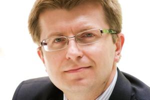 <b>Tomasz Zadroga,<br>prezes Polskiej Grupy Energetycznej</b><br><br>   Polska energetyka stoi przed ogromnymi wyzwaniami związanymi z realizacją Pakietu klimatyczno-energetycznego. Tym bardziej że jesteśmy przed decyzjami inwestycyjnymi w moce wytwórcze. Budować czy nie? <br><br> Jeżeli tak, to w jakich technologiach i przy użyciu jakiego paliwa? Darek, jako wytrawny energetyk, doskonale rozumie aktualną sytuację i jego wybory są trafne. <br><br> Jako menedżer zmienia oblicze zarządzanej firmy, konsekwentnie budując organizację, która znajdzie swoje miejsce na wspólnym unijnym rynku. Jako konkurent patrzę na to z niepokojem, jako menedżer - z uznaniem, jako Polak - z podziwem.