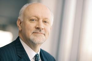 <b>Grzegorz Podlewski, prezes zarządu Zespołu Elektrowni Wodnych Niedzica</b><br><br>  Regionalne Zarządy Gospodarki Wodnej, które są zarządcą cieków wodnych w Polsce, przez ostatnie dwa lata nie przygotowały możliwości dla potencjalnych inwestorów, aby na istniejących progach i jazach mogły powstawać człony energetyczne. Doszło póki co jedynie do podpisania porozumienia o współpracy w zakresie wspierania hydroenergetyki pomiędzy Ministerstwem Skarbu Państwa, Ministerstwem Gospodarki i Krajowym Zarządem Gospodarki Wodnej. Skutek tego porozumienia jest taki, że KZGW przygotował zasady prowadzenia inwestycji w małe elektrownie wodne. Obecnie trwa inwentaryzacja progów wodnych i dopiero po jej zakończeniu zostanie ogłoszona lista miejsc, które będzie można wykorzystywać energetycznie. Prawdopodobnie te miejsca będą udostępniane inwestorom w drodze przetargu. Można ubolewać, że KZGW zbyt długo opracowuje listę interesujących miejsc.