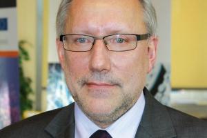 Integrować naukę Prof. Mirosław Miller prezes zarządu Wrocławskiego Centrum BadaŃ EIT+   - Priorytetami polskiej nauki są biotechnologie, nanotechnologie oraz technologie informacyjne. Są to kierunki bardzo zbieżne z naukowymi preferencjami UE. Polska, jako jeden z największych krajów Unii, nie powinna zawężać obszarów badań i rozwoju. Stać nas na rozwijanie kilku dziedzin jednocześnie, ale z nastawieniem na poszukiwanie i rozwijanie polskich specjalności interdyscyplinarnych. Naszym problemem jest znaczne jednak odseparowanie gospodarki od nauki oraz jej rozdrobnienie. W najmocniejszych polskich środowiskach naukowych powinny więc powstawać inicjatywy, które będą integrować zespoły naukowców pracujących w różnych instytucjach.